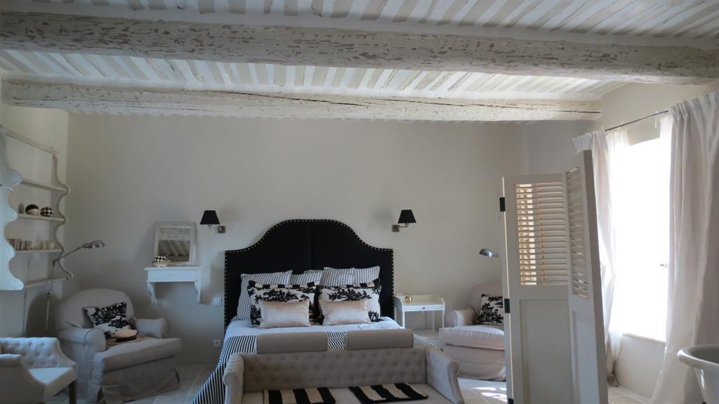 Chambre blanche avec poutres apparentes blanche b reng re - Chambre avec plafond en pente ...