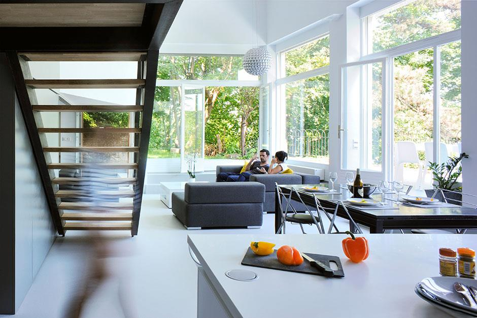 pi ce vivre tr s lumineuse gr ce ses grandes baies. Black Bedroom Furniture Sets. Home Design Ideas