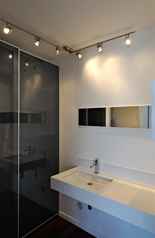 Salle d 39 eau aux lignes pur es ouverte sur la chambre - Chambre ouverte sur salle de bain ...
