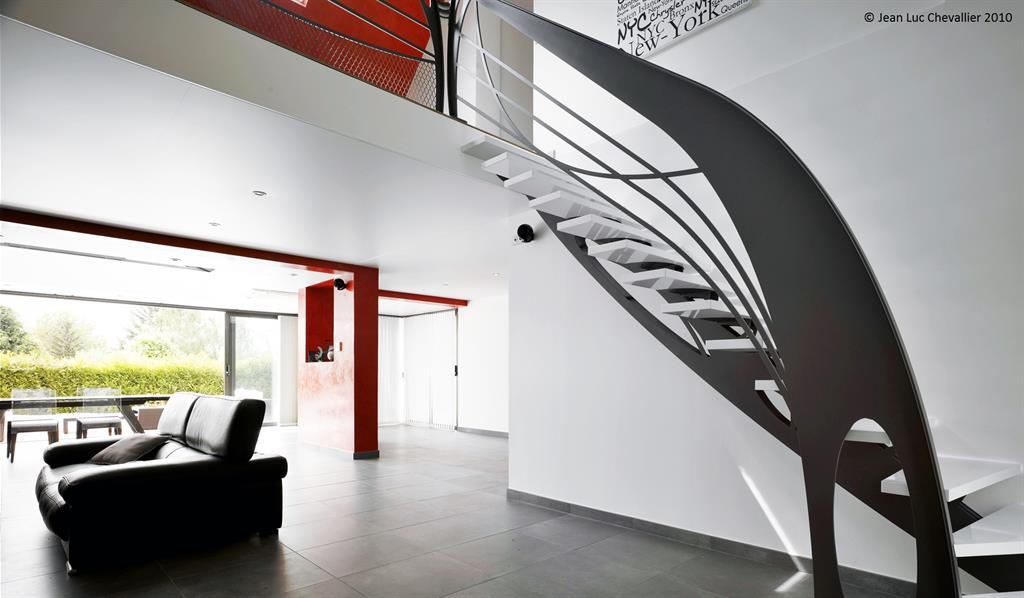 Cet escalier design en métal quart tournant de style Art Nouveau