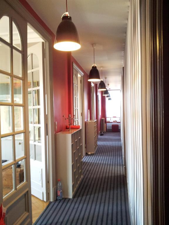 Entr e et couloir dans un vieil appartement haussmannien avec rangements sur mesures for Couloir appartement