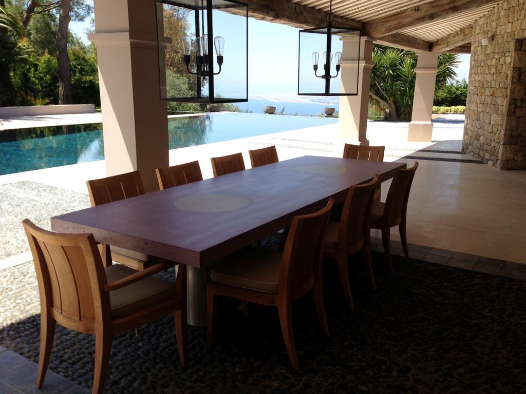 pour cette table sur-mesure outdoor en béton dans le sud de la france