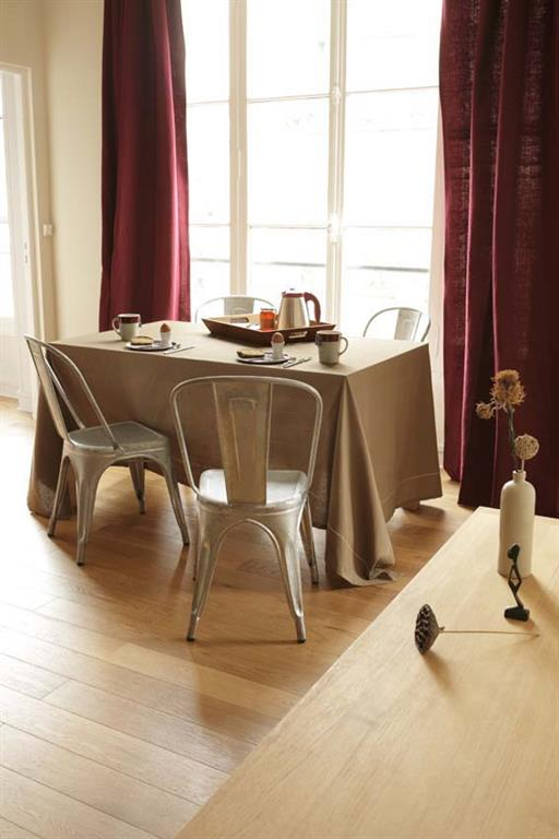 Salle à manger classique avec une touche de modernité grâce aux chaises