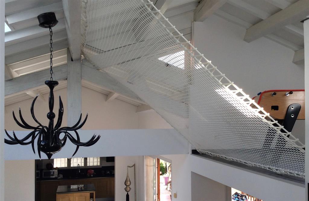 Mezzanine avec pour garde-corps un filet