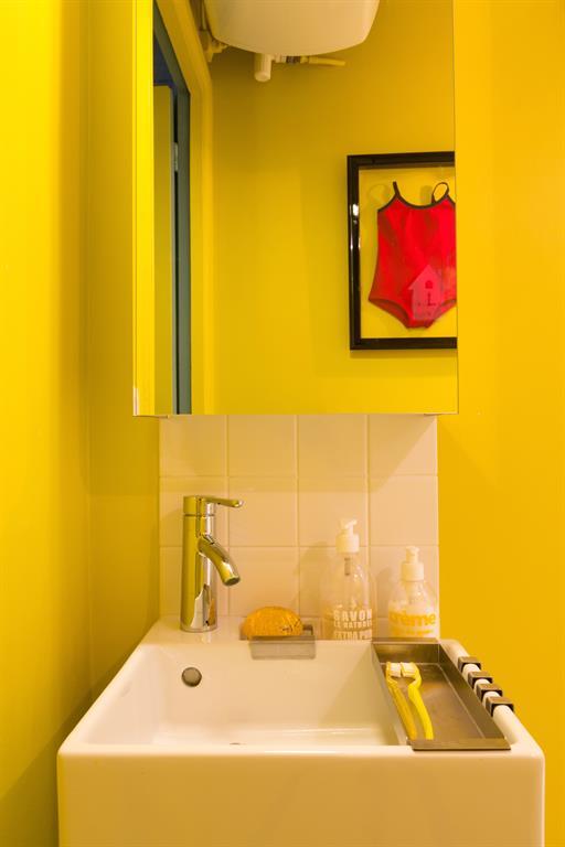 Salle d 39 eau color e avec son coin lavabo laurence faure - Salle de bain coloree ...