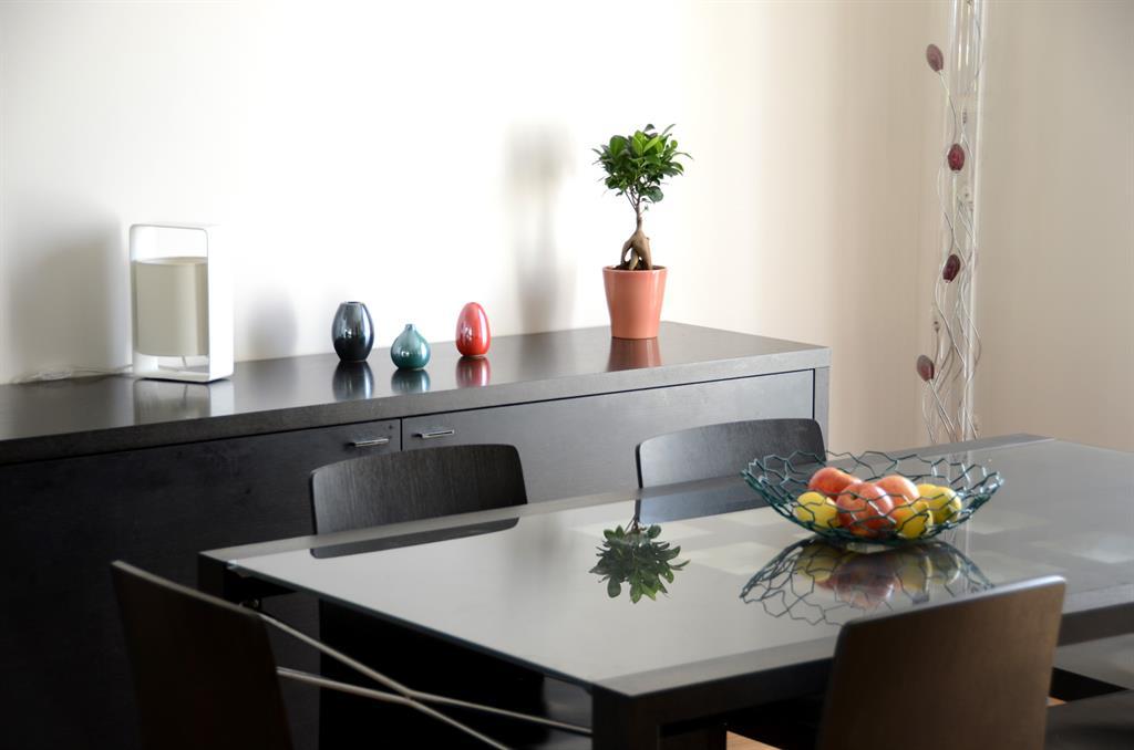 Salle à manger moderne avec table en verre
