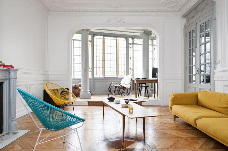 Mobilier moderne dans un appartement de style classique