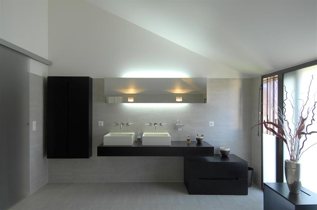 Salle de bains contemporaine avec double vasques blanches - Salles de bains contemporaines ...