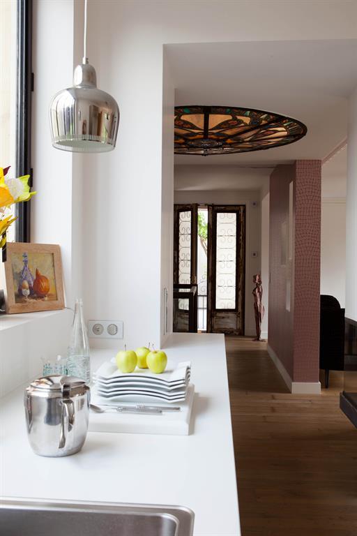 Image Entrée majestueuse avec porte vitrée et vitrail au plafond