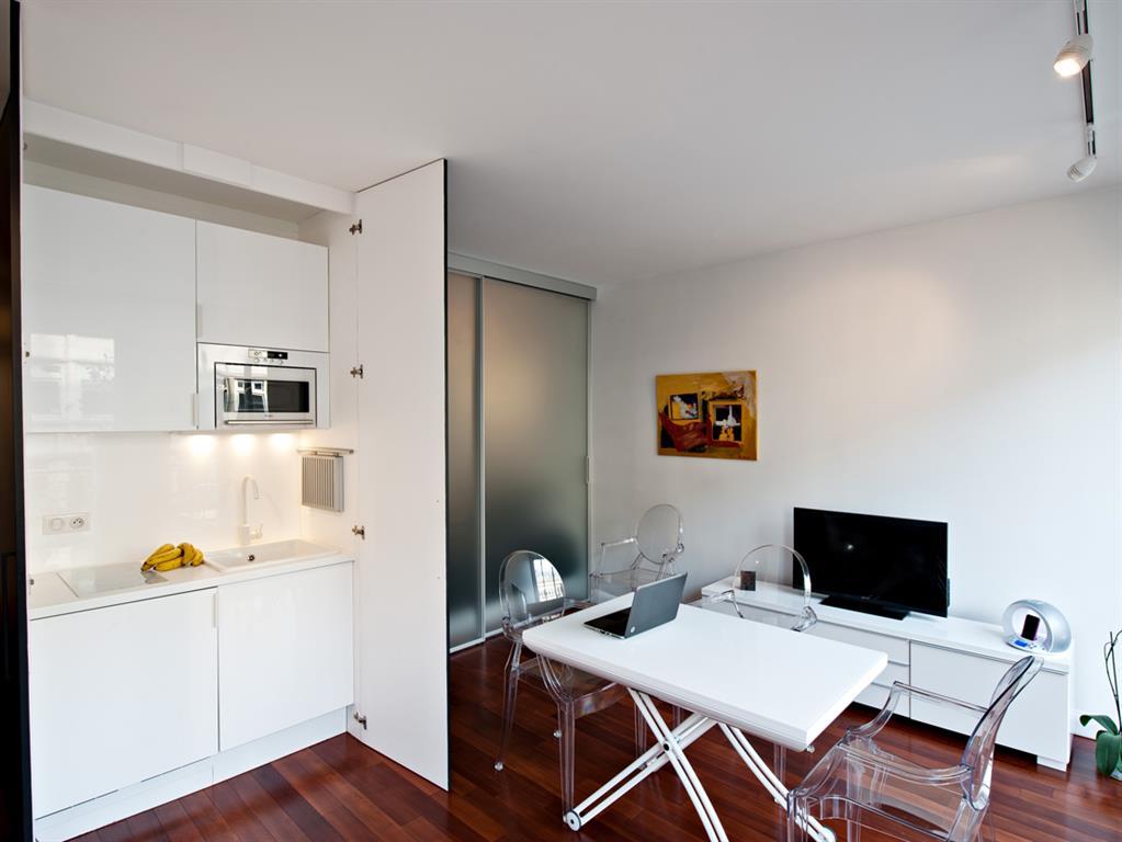 Studio avec kitchenette blanche l 39 int rieur d 39 un placard for Kitchenette designs photos