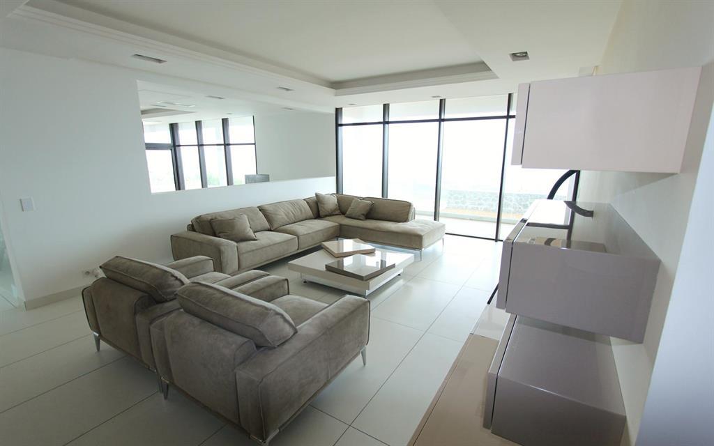 Salon blanc et beige tr s pur les bains et cuisines d for Salon blanc et beige design