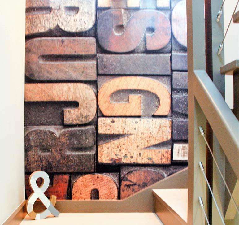 Décor mural fait de lettres d'imprimerie