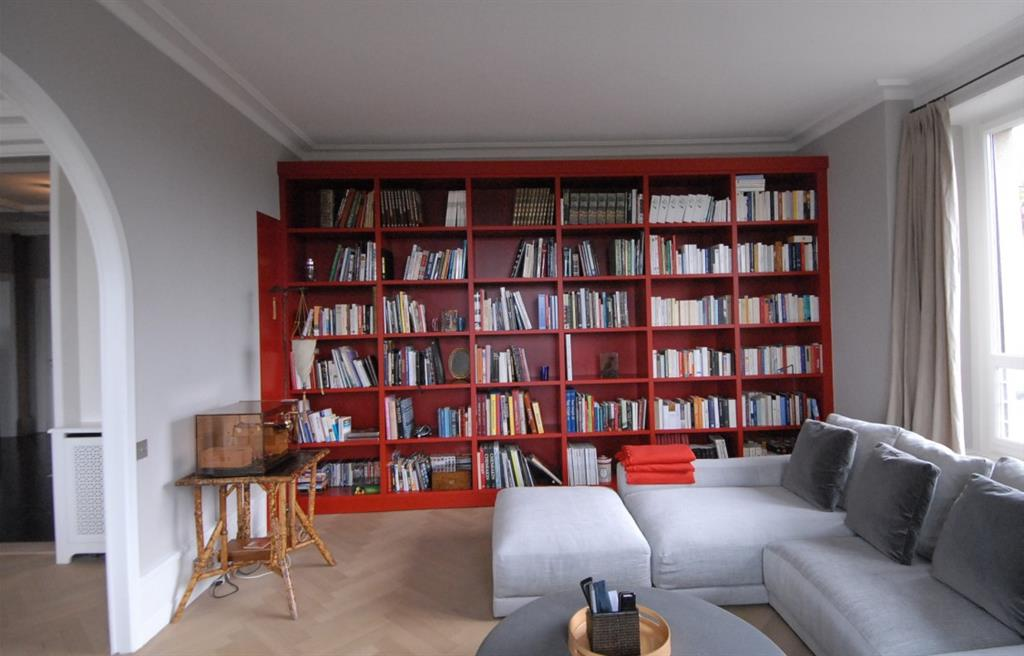 salon avec biblioth que murale rouge patrice reynaud. Black Bedroom Furniture Sets. Home Design Ideas