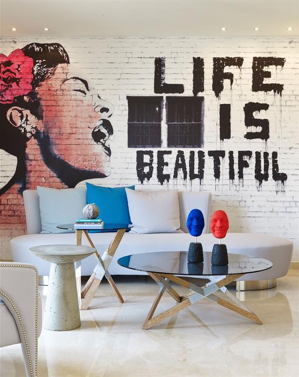 Salon avec mur effet graffiti