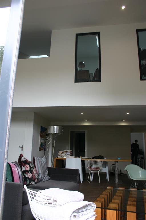 Vue de la mezzanine et du vide sur s jour cabinet d for Eclairage salon sejour