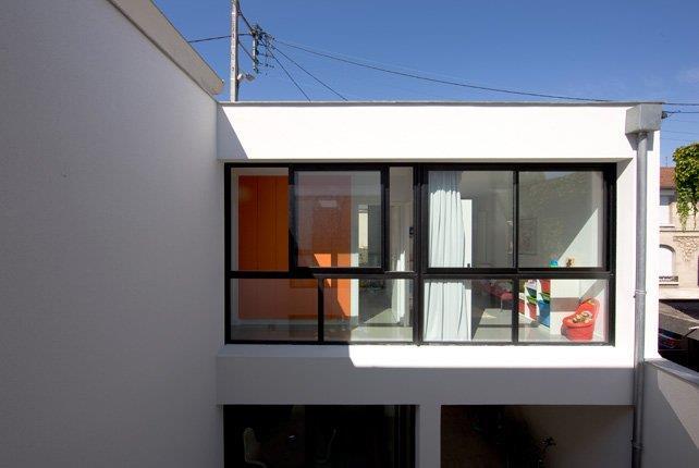 Fa ade blanche avec fen tres structures m talliques noires for Decoration facade fenetre
