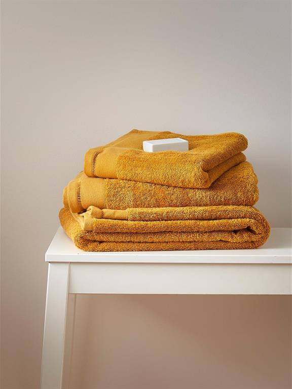 Bain de douceur et d'élégance avec cette serviette de toilette en éponge ultra moelleuse. DétailsLiteau finition jours échelle. Fabrication Portugal.MatièreÉponge 100% coton (600 g/m2) Cyrillus s'engage... Ce produit est labellisé ...