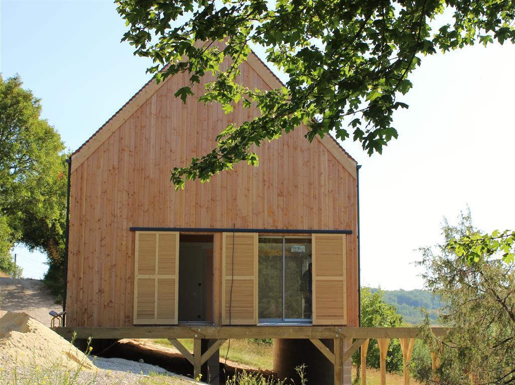 Maison en bois à flanc de colline