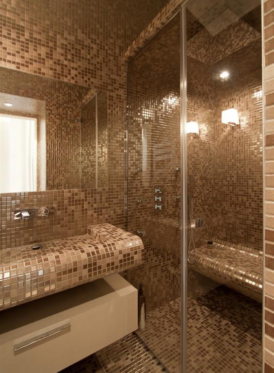 Salle de bain en mosa que nacr e beige marron feld architecture - Mosaique pour salle de bain pas cher ...