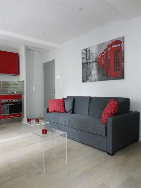 Salon moderne rouge et gris Les Murs ont des Oreilles