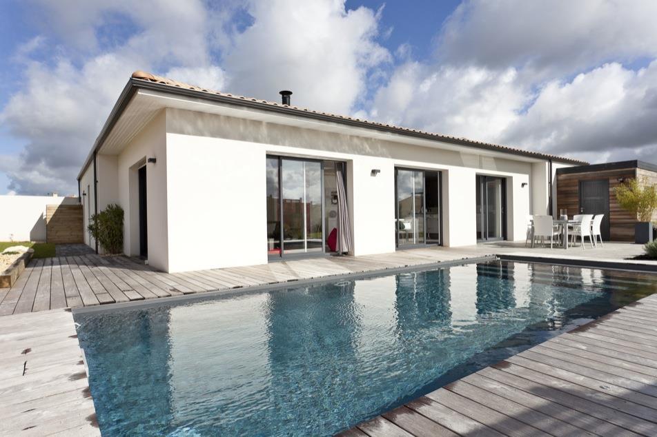 Maison avec piscine et terrasse en bois architectes batisseurs for Maison avec terrasse en bois