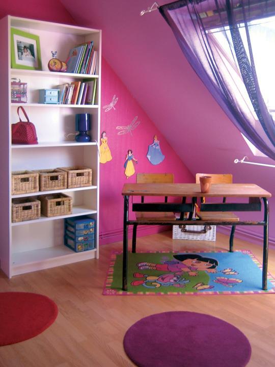 Un vrai bureau d'écolier dans une chambre de petite princesse