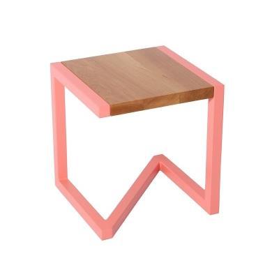 Tabouret en bois chêne avec piétement en acier laqué rose