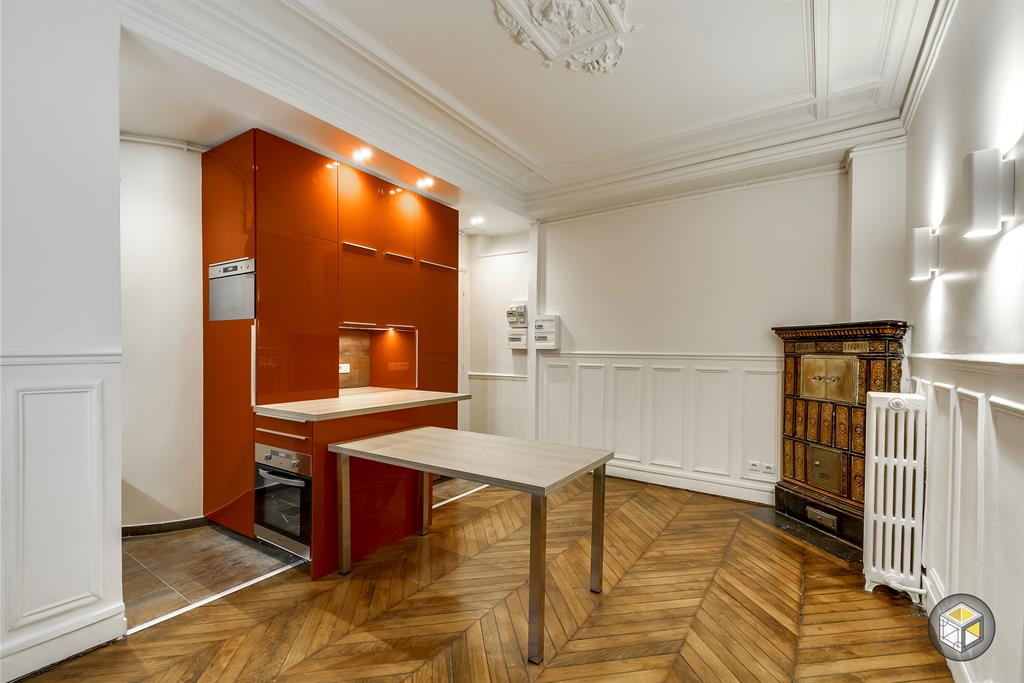 Cuisine d 39 appartement haussmannien avec rangements orange for Cuisine design appartement haussmannien
