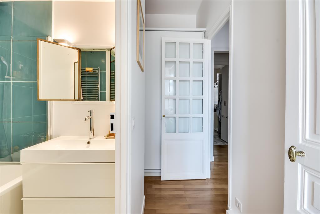 Image Beau mélange de contemporain et d'ancien dans cet appartement haussmannien rénové et modernisé Atelier FB