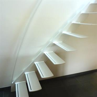 Cet escalier design profil est une création de Jean Luc Chevallier pour La Stylique.  Domozoom