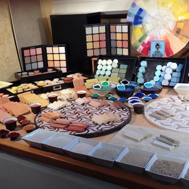 Les matières premières mise en valeur par la chaux sont les sables de différentes granularité et couleurs et les pigments naturels.