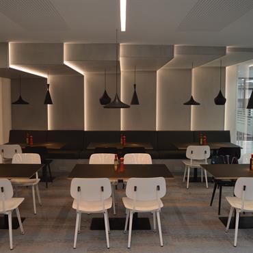 Habillage murs et retour sur plafond en Panbeton® pour un restaurant d'entreprise. Produit : Panbeton® Classique Couleur/Finition : 200, gris naturel Architecte : Patrick Nell  Domozoom