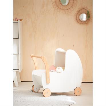 Un landau en bois de style retro pour ranger tous les jouets de bébé ! Détails Dim. 60 x 32 x 55 cm env. Livré à monter. Roues en bois ...