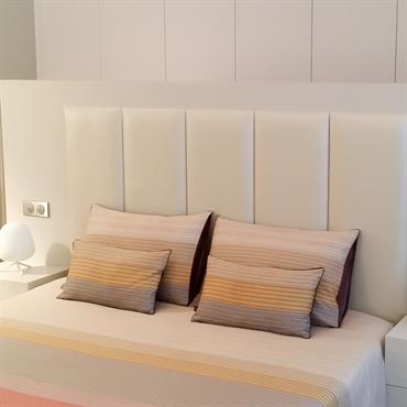 Chambre à coucher mix moderne / classique. Tête de lit moderne faisant office de séparation avec le dressing. Parquet bois.
