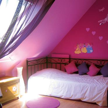 La couleur rose dans une chambre d'enfant invite naturellement à des élans de décoration 100% fille. Le rose active l'imaginaire ... Domozoom