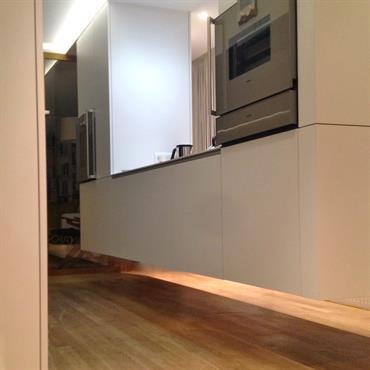 La Menuiserie a relevé le défi complexe et technique de suspendre un élément de la cuisine dans cet intérieur. Rangements et ... Domozoom