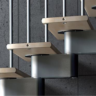 Escalier en bois et métal, vue rapprochée