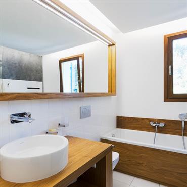 Voulue comme une cabine de luxe de translatique, une salle bains avec des bois nobles et du béton ciré, des ... Domozoom