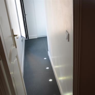 Cette salle de douche se trouve dans les anciennes combles attenantes à la chambre. Très luxueuse, nous avons utilisé des ... Domozoom