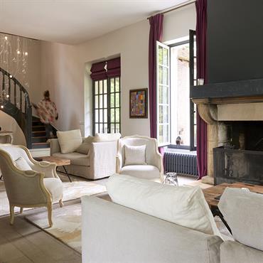 Salon entièrement refait et repensé pour créer deux espaces distinct dans un même lieu.