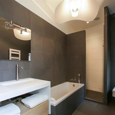 Cette salle de bain très contemporaine est spacieuse avec sa belle hauteur sous plafond et lumineuse. J'ai pensé un meuble ... Domozoom