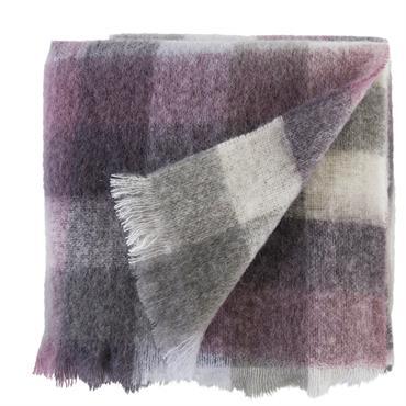 Plaid Ushuaïa, plus de 50% en mohair, carreaux gris, rose et blanc. Bords frangés. 130 x 170 cm.