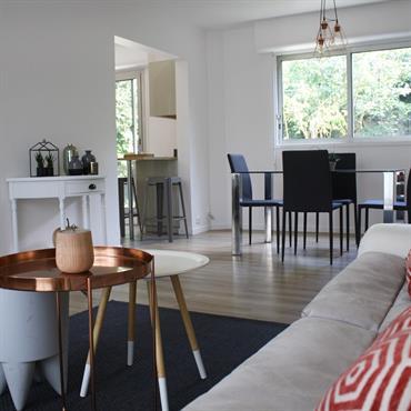 AO design a réalisé l'aménagement et la décoration d'un espace cusine/salon ouvert.  Domozoom