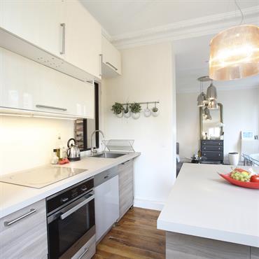 Après un important travail de dépose, nous avons déplacé la salle de bain pour créer un grand volume salon/cuisine. Le ... Domozoom