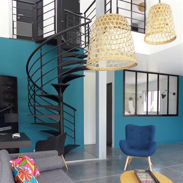 Avec son sol en béton ciré, son escalier de style industriel, ses teintes de bleu paon et noir, cette maison ... Domozoom