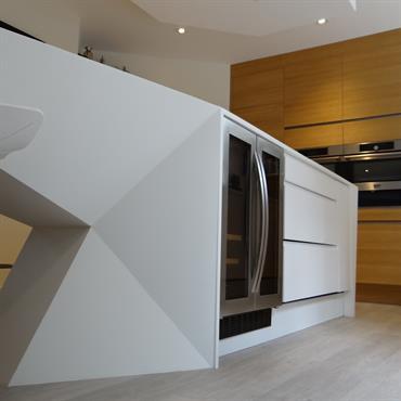 Ilot central de cuisine contemporaine. Formes géométriques.