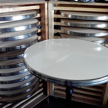 Fabrication des plateaux de tables émaillés Ardamez  Domozoom