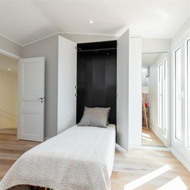 Chambre bureau à l'étage avec lit incorporé.