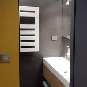 La conception de cette pièce d'eau a été un challenge car la surface était extrêmement réduite. La douche est italienne, ... Domozoom