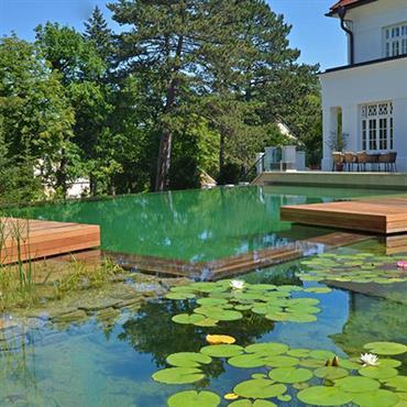Maison avec piscine naturelle par emmanuelle lartilleux - Contour de piscine en pierre ...